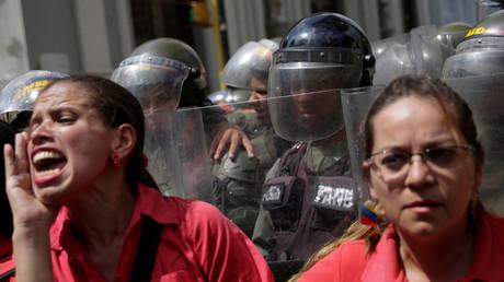 Unterstützer des venezolanischen Präsidenten Nicolas Maduro rufen Slogans vor dem Parlament, der Nationalversammlung in Caracas, 27. Oktober 2016.