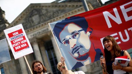 Protest gegen die Spähaktivitäten von NSA, BND und Co. vor dem Deutschen Bundestag.