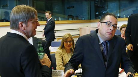 Guy Verhofstadt (l.) spricht mit Gianni Pittella (r.) im EU-Parlament.