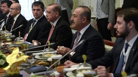 Rechts - türkischer Minister für Energie und Bodenschätze, Berat Albayrak