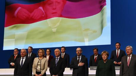 Die Bundestagswahl rückt näher. Der CDU fällt ein, dass manche Wähler sie immer noch für konservativ halten - und der CSU, dass ihr eigenes Schicksal mit dem der Schwesterpartei steht und fällt.