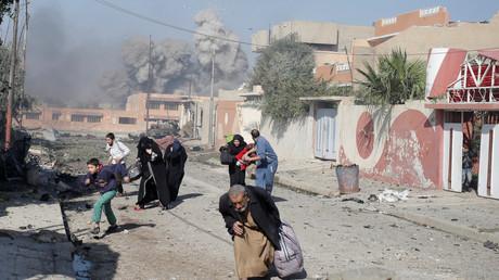 Menschen fliehen nach einem Luftangriff der US-geführten Koalition nahe Mossul.