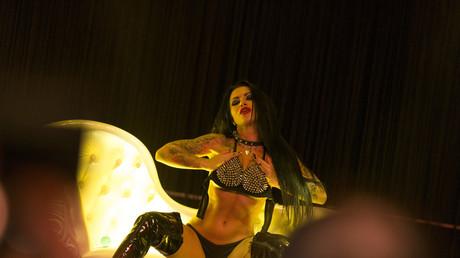 Eine Darstellerin während der Venus-Messe in Berlin. Deutschland, 2016