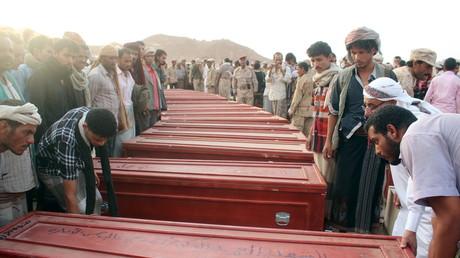 Jemeniten bedauern ihre Toten nach einem Bombenangriff saudischer Truppen auf al-Abr, Juli 2015.