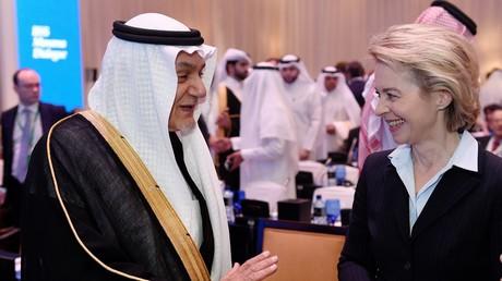 Man versteht sich. Oder doch nicht? Verteidigungsministerin Ursula von der Leyen mit dem saudischen Sicherheitsexperten Turki ibn Faisal. Manama, Bahrain, 10. Dezember 2016.