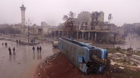 Nach den Kämpfen: Einwohner gehen auf die Straße, nachdem die Kämpfe in ihrem Stadtteil abgeflaut sind, 13. Dezember 2016.