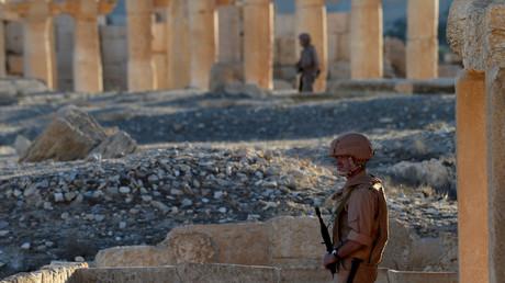 Syrische Soldaten sichern nach der Befreiung von Palmyra im Juli 2016 die historischen Grabanlagen und Bauwerke.