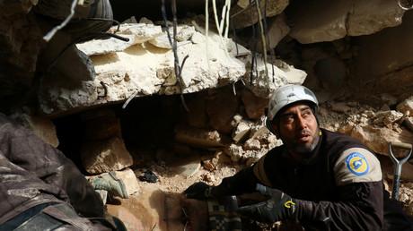 Perfekt inszeniert zeigen sich die White Helmets auf Fotos - die Aussagen befreiter Bürger aus Ost-Aleppo weisen in eine andere Richtung.