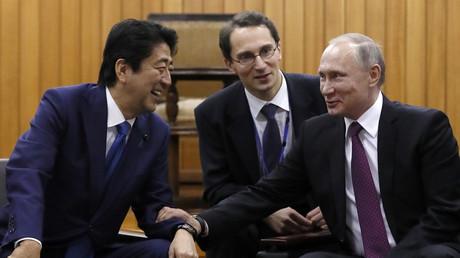 Der russische Präsident Wladimir Putin mit Japans Premier Shinzo Abe auf einem Judo-Wettkampf in der Kodokan Judo-Halle in Tokyo, 16. December 2016.