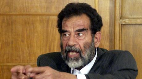 Iraks Präsident Saddam Hussein vor dem Gericht, das ihn zum Tode verurteilte, Bagdad, 1. Juli 2004.
