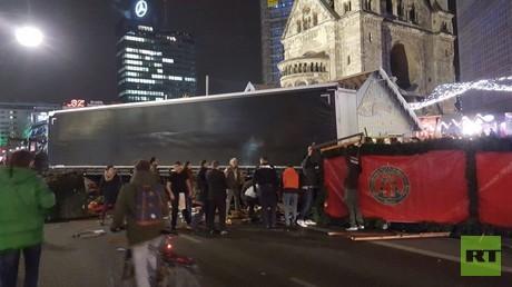 Lastwagen prallt auf Weihnachtsmarkt in Berlin