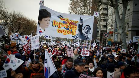 Unterstützer der südkoreanischen Präsidentin Park Geun-hye tragen ein Transparent mit ihrem Bild und dem ihres Vaters, dem ehemaligen Diktator Park Chung-hee in Seoul, 17. Dezember 2016.