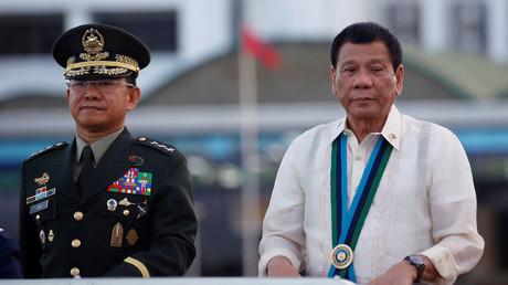 Der philippinische Präsident Rodrigo Détente besucht die Truppen mit General Eduardo Ano in Camp Aguinaldo, Philippinen, 21. Dezember 2016.