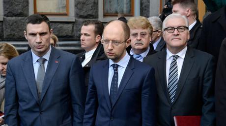 Der deutsche Außenminister Frank-Walter Steinmeier zusammen mit den Sprechern der westlichen Opposition, Witali Klitschko, Arseni Jatsenjuk in Kiew, 21. Februar 2014.
