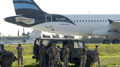 Malteser Spezialeinheiten vor dem entführten Flugzeug.