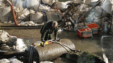 ARCHIVBILD: Koblenz, am 4. Dezember 2011: Nach erfolgreicher Entschärfung betrachtet ein Mitglied des Bombenräumungstrupps die britische 1.8 Tonnen-Bombe.