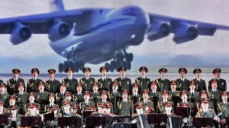 Das Alexandrow-Ensemble beim Auftritt im weißrussischen Witebsk auf dem internationalen Festival