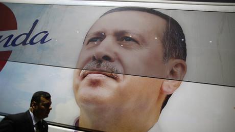 Ein türkischer Geheimdienstmitarbeiter vor dem Konterfei von Staatspräsident Recep Erdogan.