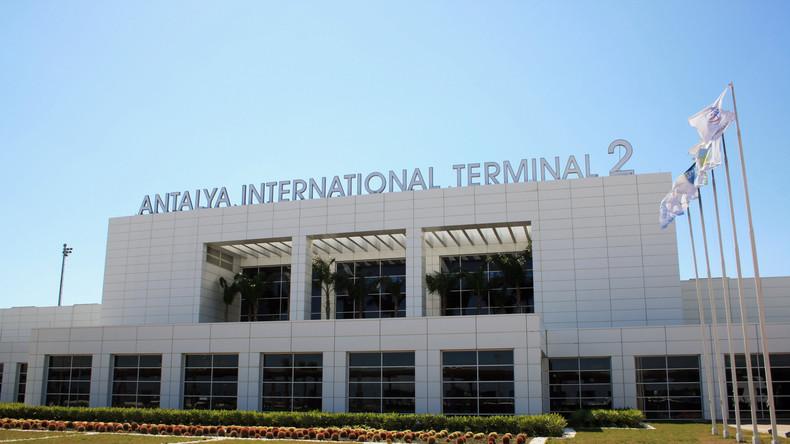 Syrer wegen Androhung eines Bombenanschlags im Flughafen Antalya verhaftet