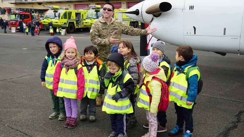 """""""Früh übt sich"""" – Wiesbadener Kindergarten besucht US-Luftstreitkräfte"""