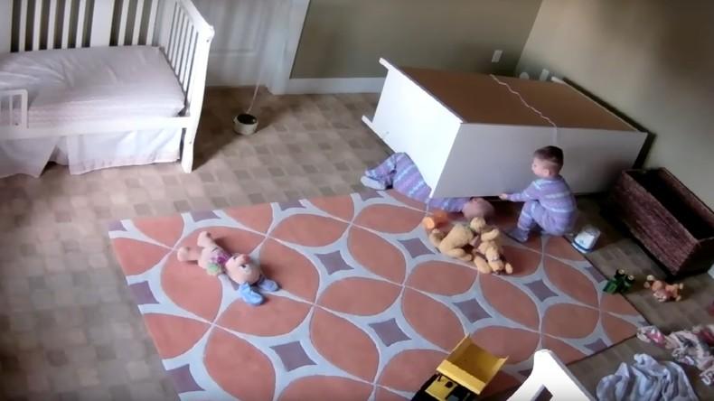 Gefährliche Möbel: Ein Zweijähriger rettet seinem Zwillingsbruder das Leben [VIDEO]