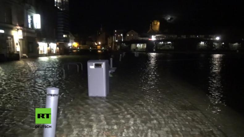 """""""Richtiges Schietwetter"""" - Stärkste Sturmflut an Ostseeküste seit 10 Jahren überschwemmt Stadtteile"""