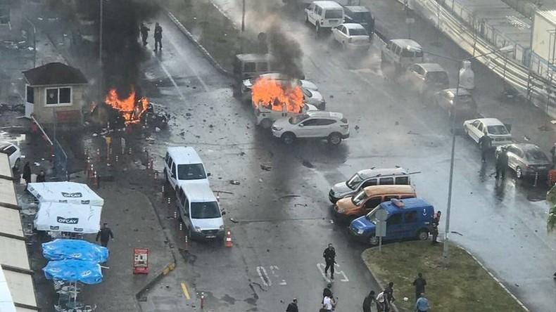 Explosion in Izmir: Brennende Autos vor Gerichtsgebäude