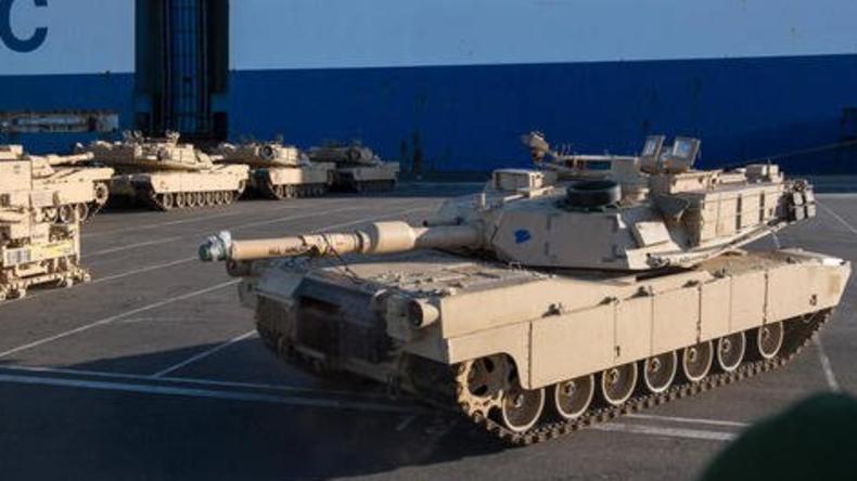 Erste US-amerikanische Panzer in Bremerhaven entladen