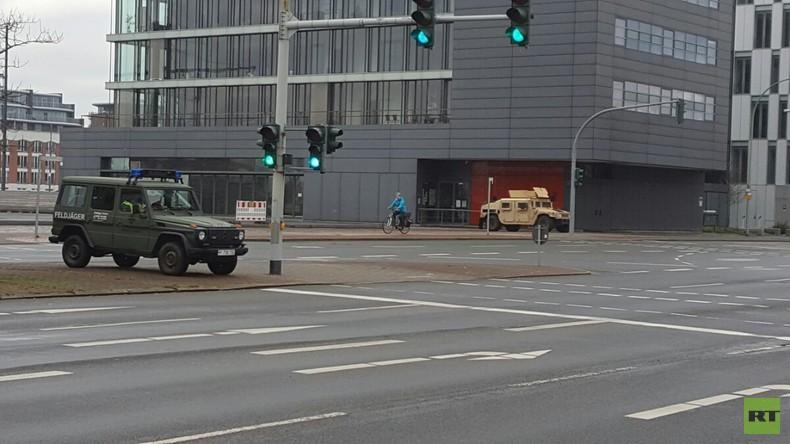 Bremerhaven im Ausnahmezustand: Feldjäger und US-Militärpolizei im Einsatz wegen Panzerverlegung