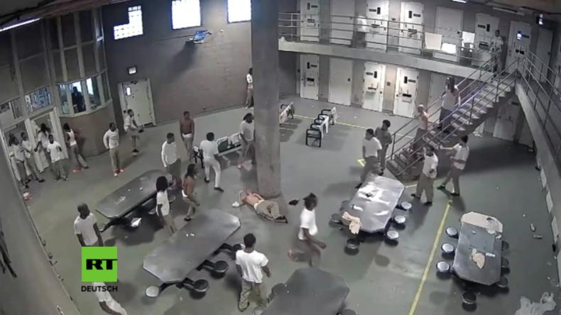Stichwunden und ein Knockout - Überwachungskamera filmt Massenschlägerei im größten US-Gefängnis