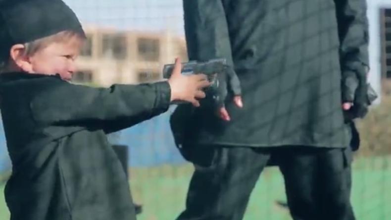 IS-Video: Zweijähriges Kind tötet Geisel