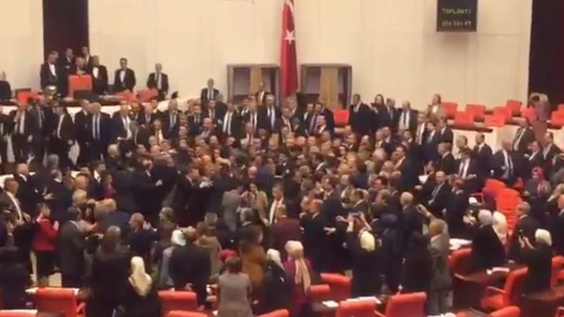 Massenschlägerei im türkischen Parlament bei Debatte über umstrittenes Präsidialsystem