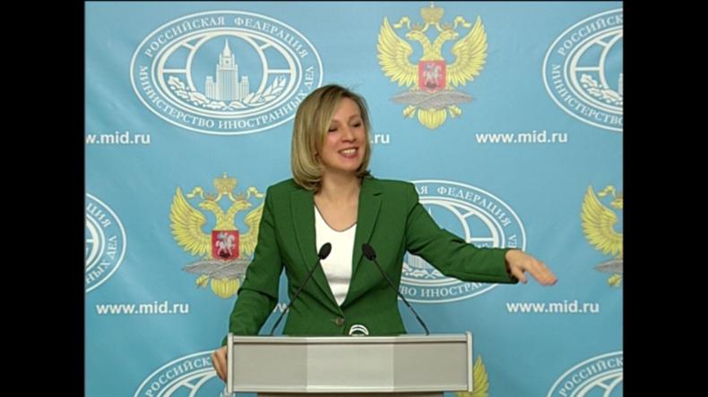 Sacharowa lachend zu CNN- und RT-Reporter: Da ist also die Propaganda-Ecke