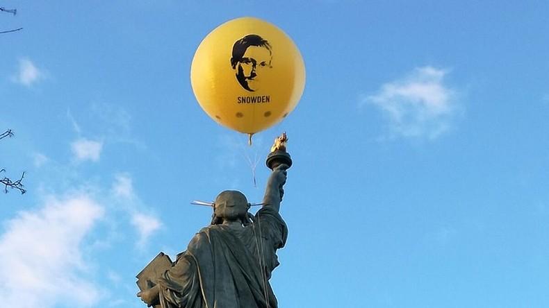 Amnesty International lässt Snowden-Luftballon über Paris aufsteigen