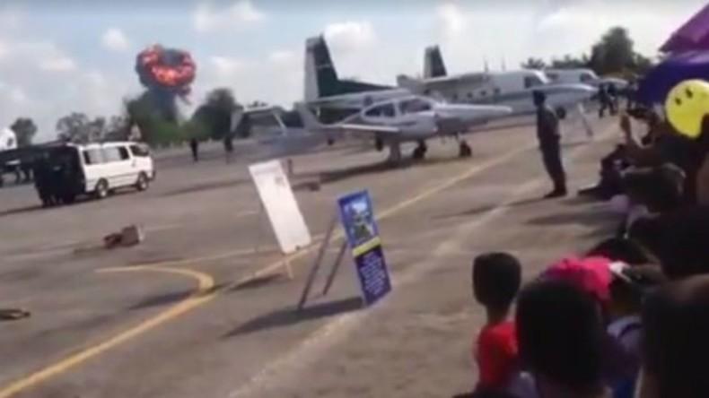Jagdflieger stürzt während Kinder-Flugschau in Thailand ab [VIDEO]