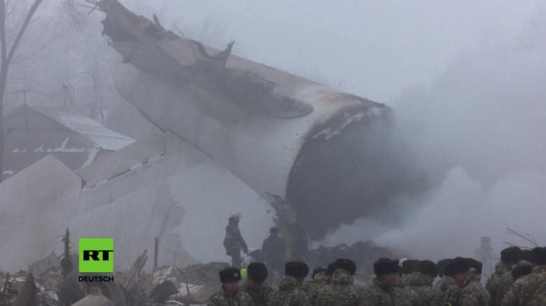 Kirgisistan: Flugzeug stürzt mitten in Ortschaft und tötet Dutzende Einwohner, darunter sechs Kinder