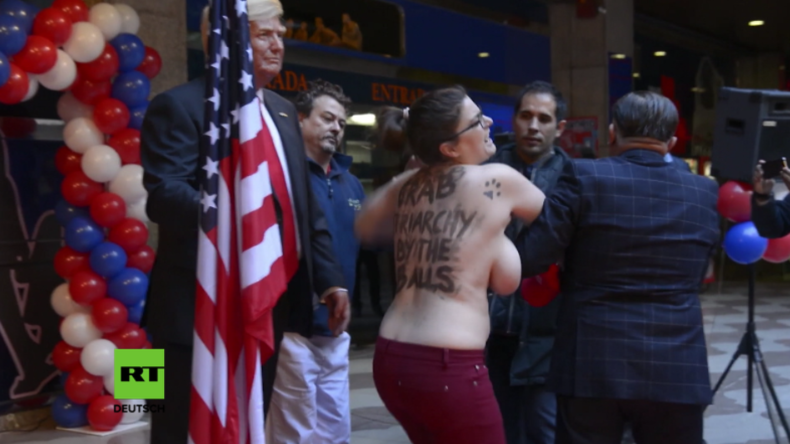 """""""Packt sie bei den Hoden"""" - Barbusige Femen-Aktivistin stürmt Präsentation von Trump-Wachsfigur"""