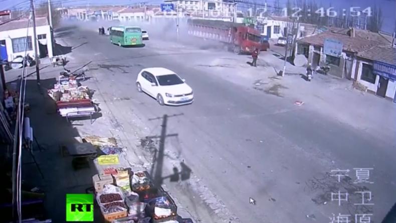 LKW rast mit Vollgas in Wohngebäude und macht es dem Erdboden gleich – Fünf Tote