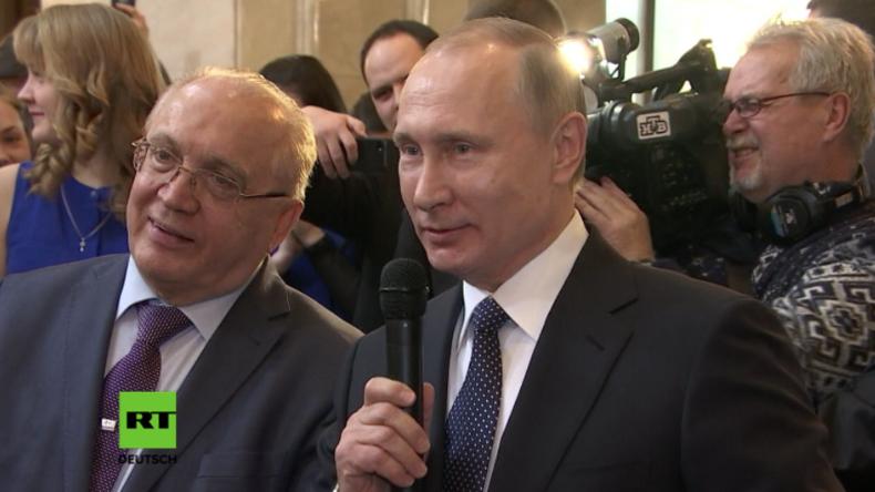 Putin kommt zur Rettung: Nervöser Musiker bekommt Gesangsunterstützung vom russischen Präsidenten