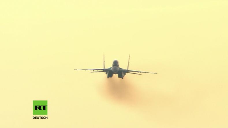 Russischer Präsident begutachtet ersten Schauflug des neuen russischen Tarnkappen-Kampfjets MiG-35