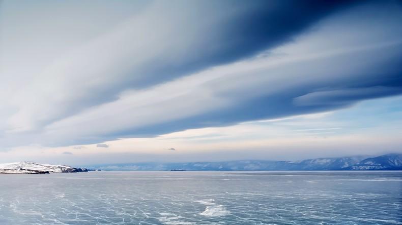 Russische Abenteuerer sägen riesiges Eis-Karussell im Baikalsee aus [VIDEO]