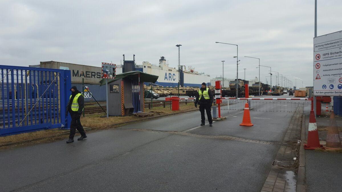 Schwerbewaffnete Polizisten am Eingang zum Anlegerhafen.