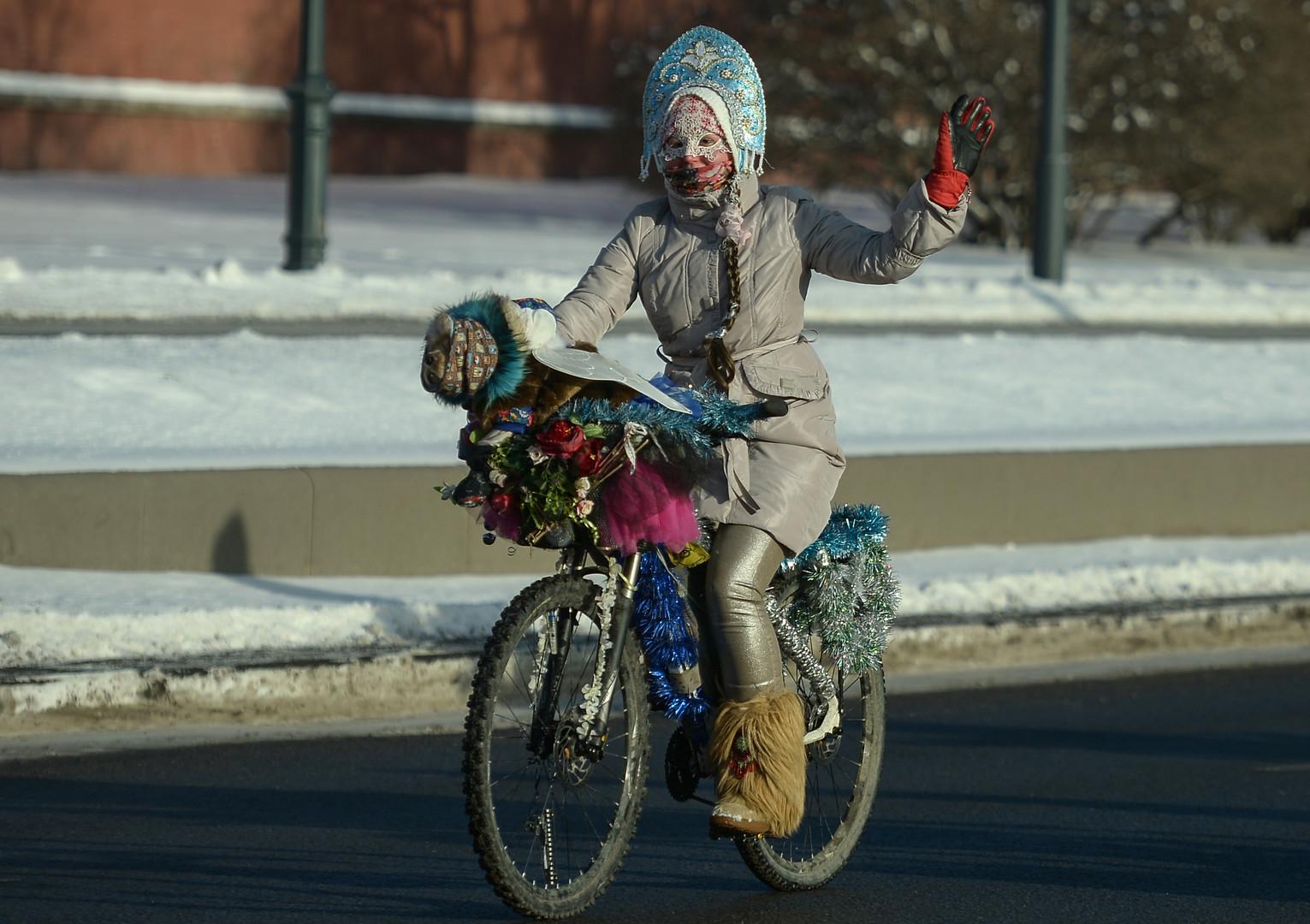 Winterliche Radparade in Moskau mit mehr als 500 Teilnehmern