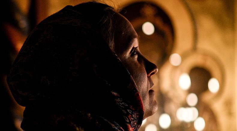 Frau beim Weihnachtsgottesdienst in der Kathedrale des Propheten Elija in Wyborg, im Nordwesten Russlands