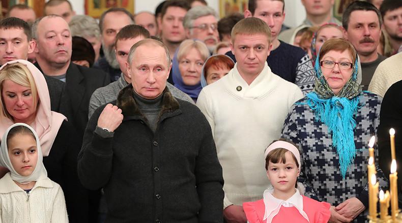 Der russische Präsident Wladimir Putin besucht den Weihnachtsgottesdienst im St.-Georgs-Kloster bei Weliki Nowgorod