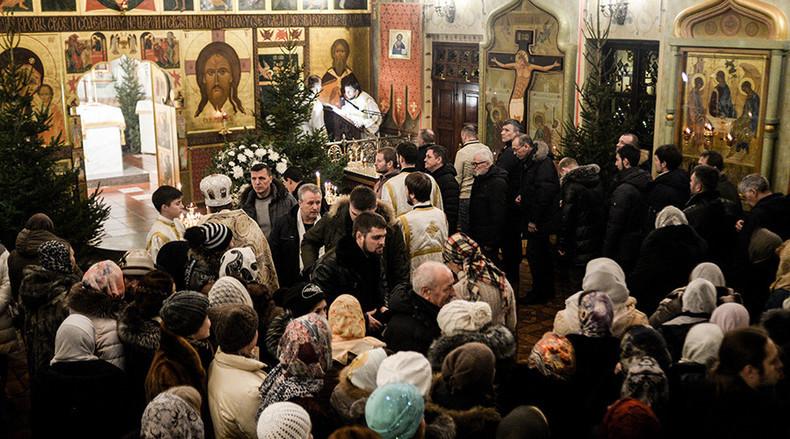 Gläubige nehmen am Weihnachtsgottesdienst in der Kathedrale des Propheten Elija in Wyborg, im Nordwesten Russlands