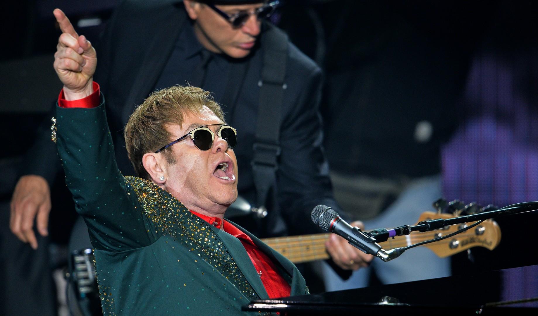 Elton John gehört bekanntlich zu Trumps Lieblingsmusikern. Daher war sein Auftritt bei Trumps Amtseinführungsparty eingeplant. Jedoch haben seine Vertreter den Organisatoren zu verstehen gegeben, dass Sir John mit dieser Veranstaltung nichts gemeinsam haben möchte.