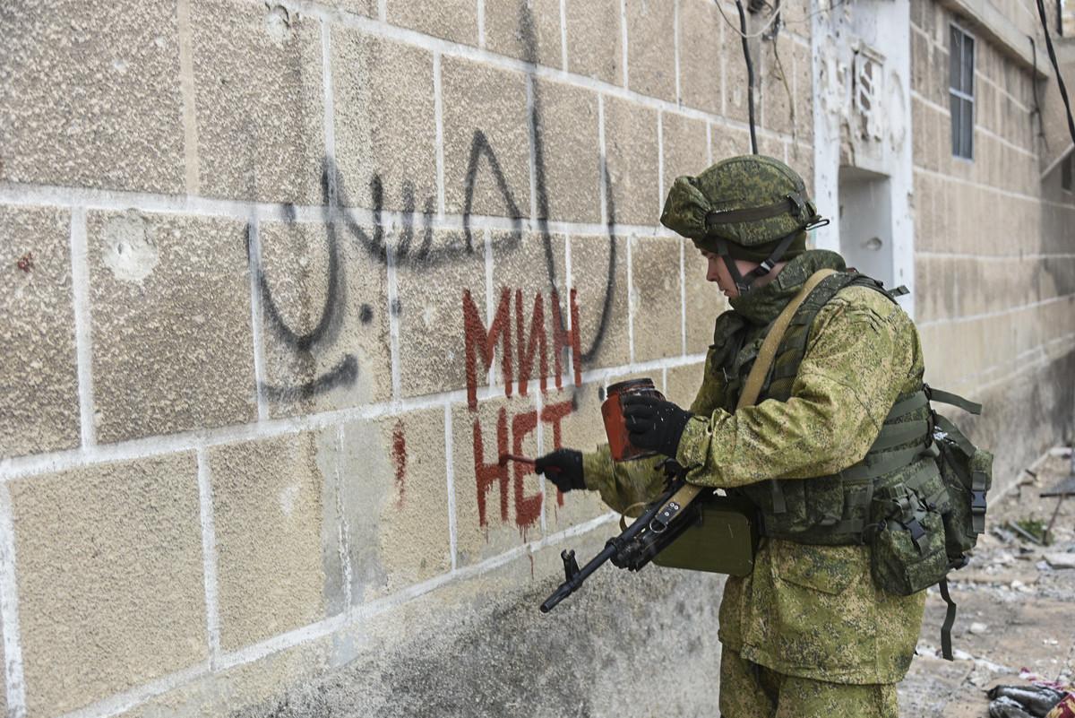Der russische Pionier schreibt an die Wand, dasssich im Haus keine Minen mehr befinden