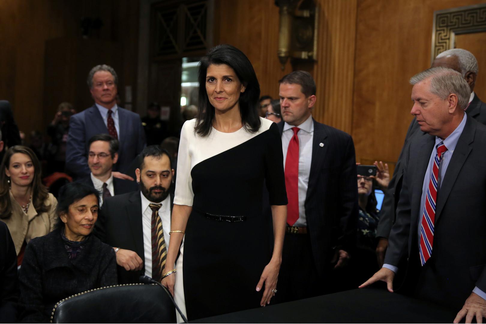 """Nimrata """"Nikky"""" Haley ist Republikanerin und Gouverneurin des US-Staates South Carolina. Sie wurde zur US-Botschafterin bei der UNO ernannt. Haley hatte bei den Vorwahlen Trumps Konkurrenten unterstützt und ist mit Trump nicht immer einer Meinung, hofft aber ihn auf ihre Seite zu ziehen."""