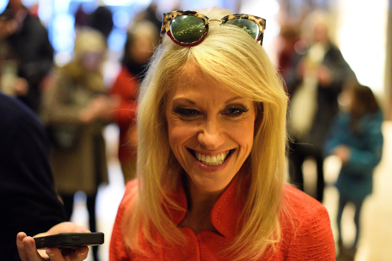 Kellyanne Conway war Wahlkampfleiterin von Trump und wurde von ihm zu seiner Beraterin im Bereich Öffentlichkeitsarbeit  berufen. Die Juristin und Meinungsforscherin ist während des Wahlkampfes mehrmals als politische Kommentatorin bei CNN und Fox News aufgetreten.